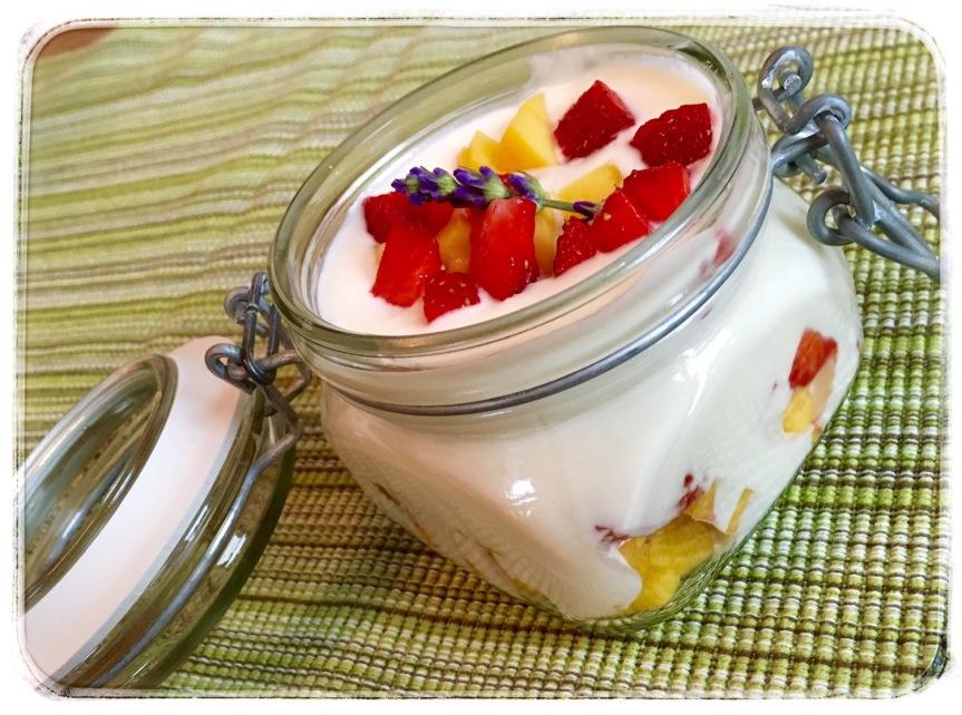 Joghurtcreme mit frischen Früchten- das Dessert fürSpontane