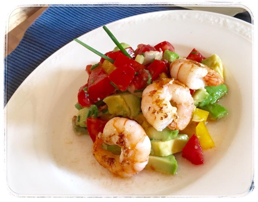 Tomaten-Avocado-Salat mit gebratenenGarnelen