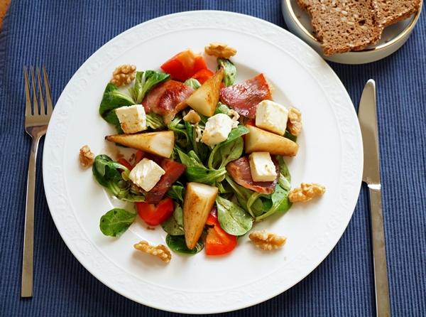 Salat mit gebratener Birne, Schinkenspeck, Schafskäse