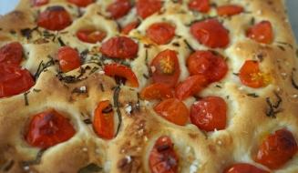 Focaccia mit frischen Tomaten